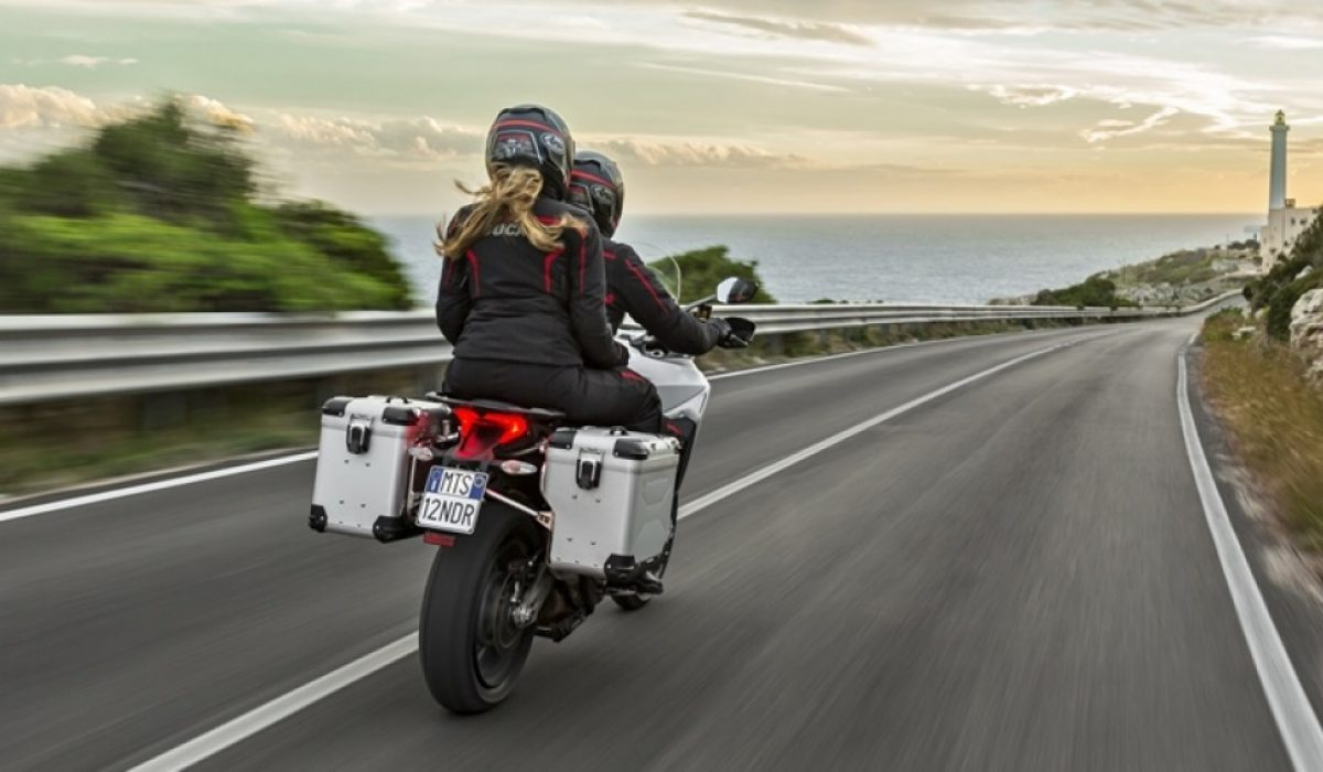Equipamiento de moto: cómo circular completamente seguro en verano
