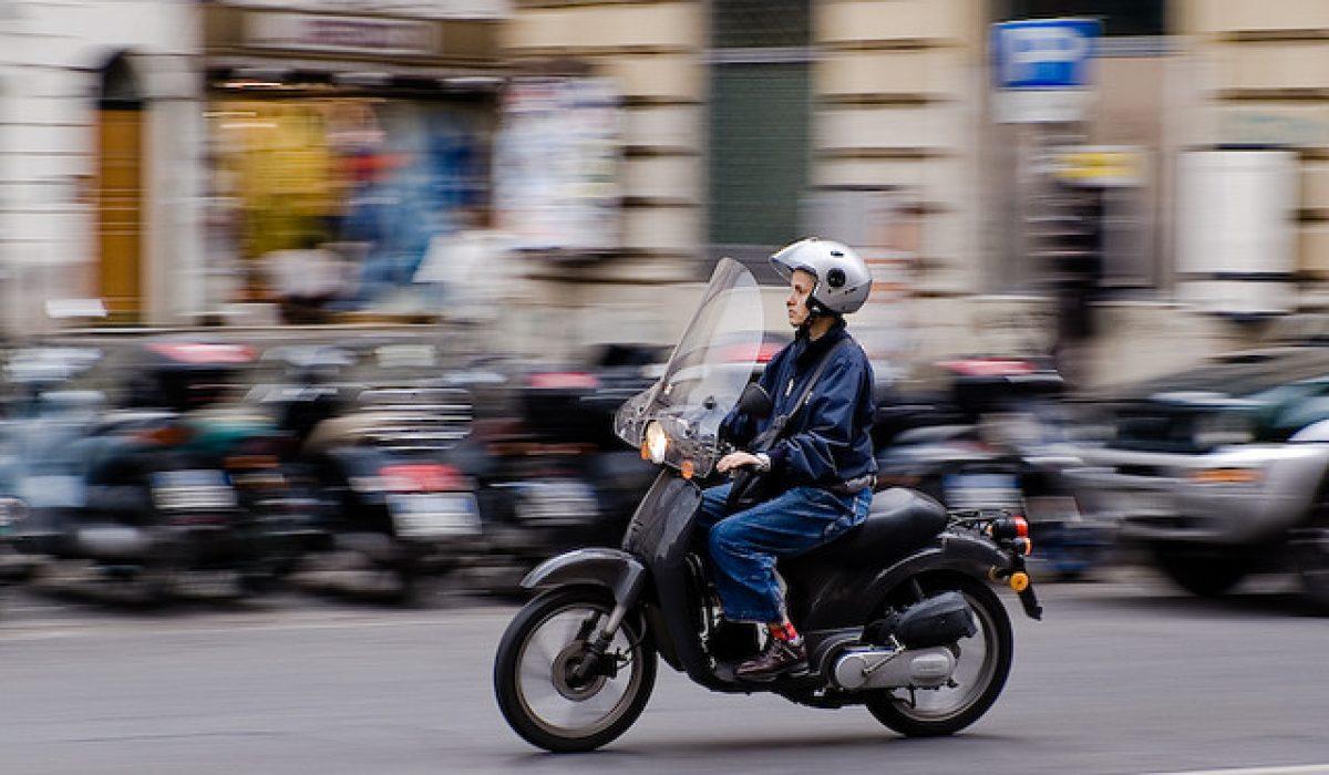 Valencia expulsa a los motoristas del carril bus y dificulta su aparcamiento